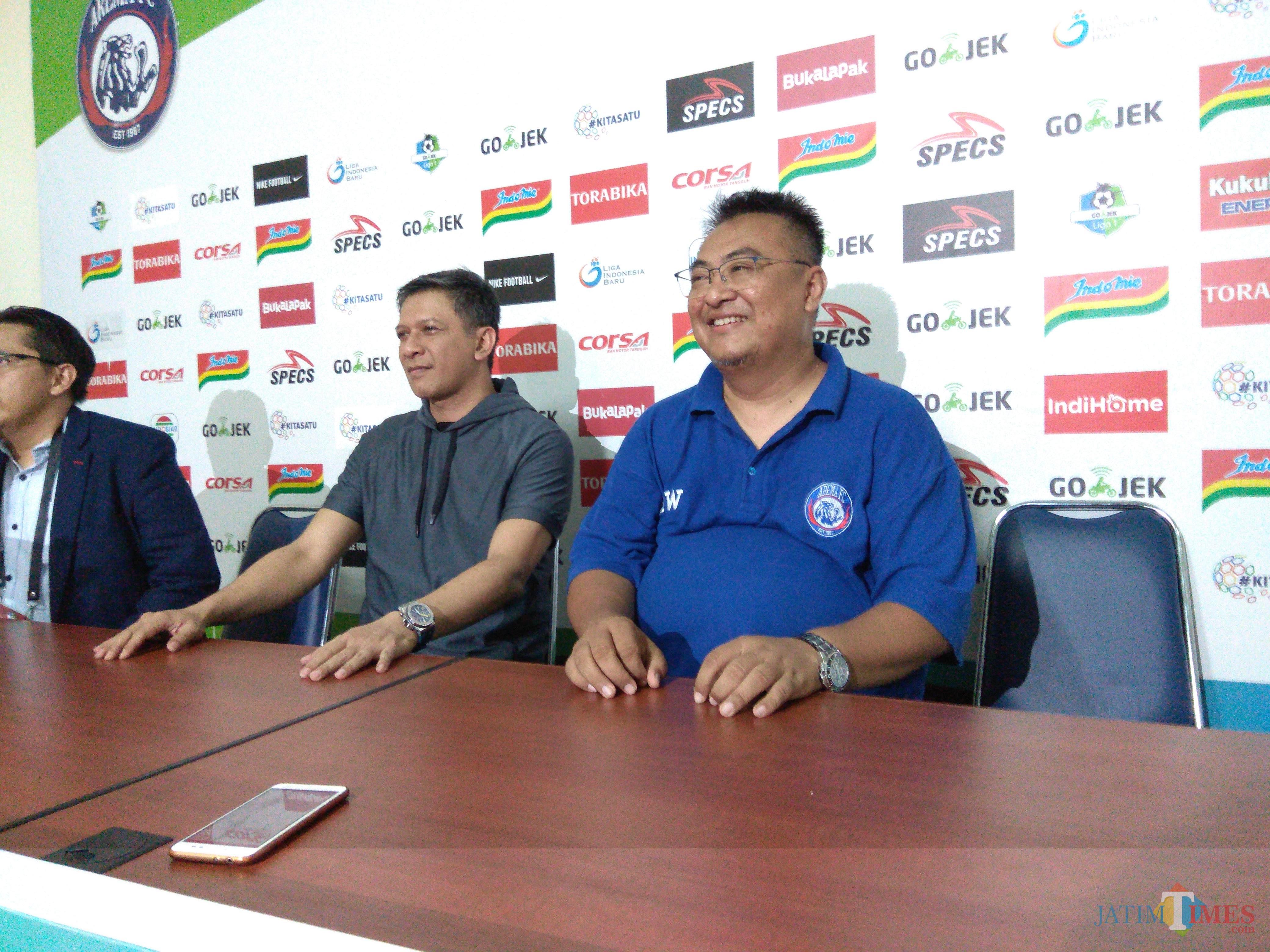 CEO Arema FC, Iwan Budianto saat ditemani General Manager Arema FC, Ruddy Widodo di ruang konferensi pers Stadion Kanjuruhan (Hendra Saputra)