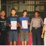 Dua pria penipu yang tertangkap di rumah kos Kediri./ Foto : Dokpol / Tulungagung TIMES