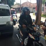 Kepala Kejari Banyuwangi membagikan stiker anti korupsi pada pengendara motor