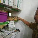 Masduki tunjukan kotoran tikus dan serangga di salah satu rak (foto:  Joko Pramono/JatimTIMES)