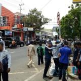 Petugas Dishub saat melakukan penertiban dan pemasangan rambu dilarang parkir di kawasan Jl LA Sucipto (Anggara Sudiongko/MalangTIMES)