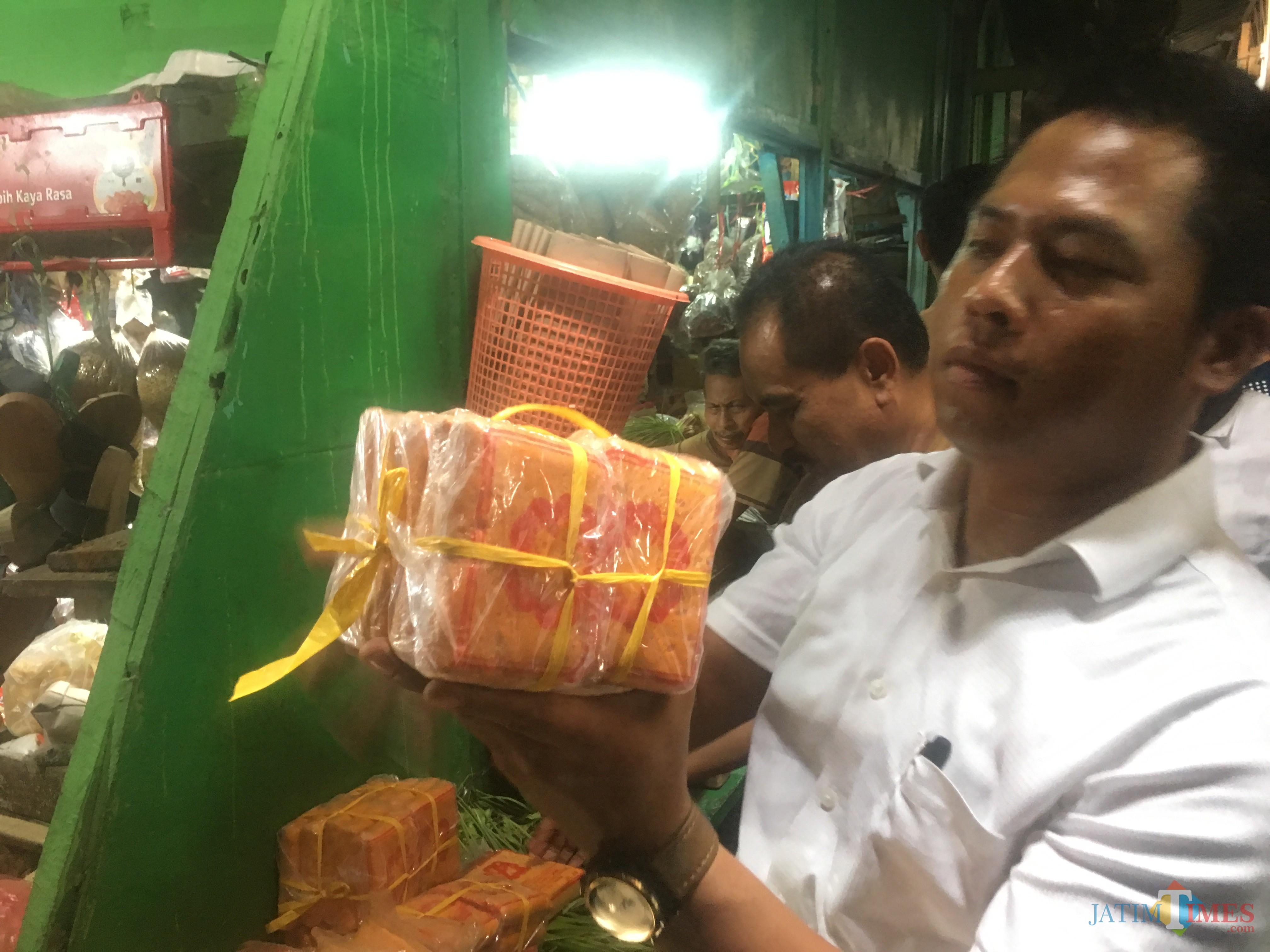 Petugas gabungan Tim Satgas Pangan Kabupaten Malang saat melakukan sidak di Pasar Lawang, Kabupaten Malang (Foto : Ashaq Lupito / MalangTIMES)