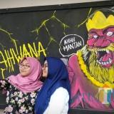 Para pengunjung tengah berfoto di sela acara Rahwana Collaboration Exhibition di Dewan Kesenian Malang (DKM) Kota Malang. (Foto: Nurlayla Ratri/MalangTIMES)