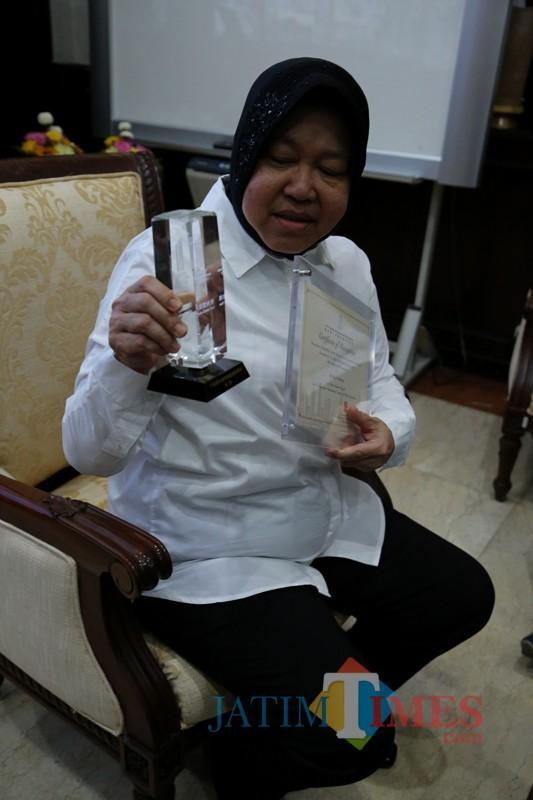 Wali Kota Risma menunjukkan trofi Guangzhou Award