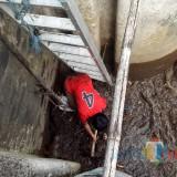 Caption: Petugas pintu air DAM Tegalgondo tengah melakukan pengecekan saluran. (Foto: DPUPR Kota Malang for MalangTIMES)