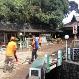 Petigas membersihkan sisa sampah banjir di Rumah Makan Dingin Asri di Jl. Borobudur (Pipit Anggraeni/MalangTIMES).