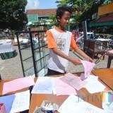 Siswa-siswa SMPN 18 Kota Malang bekerja bakti membersihkan sekolah yang terdampak banjir. (Foto: Nurlayla Ratri/MalangTIMES)