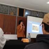 Wartawan MalangTIMES saat berbagi ilmu jurnalistik, Imarotul Izzah di acara workshop jurnalistik Karnaval Sastra (Kanvas) Fakultas Sastra UM
