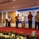 Wali Kota Malang Sutiaji menerima piagam penghargaan TOP 25  Layanan Aduan Terbaik Nasional dari Kementerian PAN RB. (Foto: Humas Pemkot Malang for MalangTIMES)
