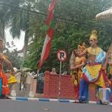 Peserta Pawai Seni Budaya SD/SMP Lumajang. (Foto: Pawitra/JatimTIMES)