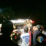 1 korban saat dimasukkan ke dalam mobil jenazah di Coban Talun. (Foto: Irsya Richa/MaLangTIME)