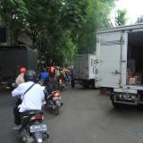 Kendaraan pengangkut barang membongkar barangnya usai operasi yang digelar Dishub di jalan Panglima Sudirman Probolinggo, Selasa (11/12/2018)  (Agus Salam/Jatim TIMES)