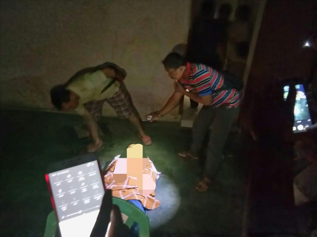 Polisi lakukan olah TKP dirumah korban Umi Hanik dusun Wonokromo Desa Panjerejo Kecamatan Rejotangan / Foto : Istimewa / TulungagungTIMES