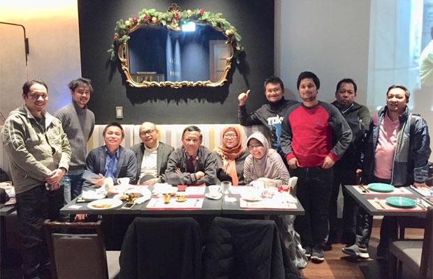 Mahfud MD (empat dari kiri dan  pakai kacamata) dalam foto yang ia unggah di twitter bersama kader KAHMI yang ada di Tokyo. (@mohmahfudmd)