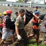 Tim pencari saat mengevakuasi jenazah bocah SD yang hanyut (ist)