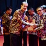 Sekretaris Daerah Kota Kediri Budwi Sunu ketika menerima penghargaan dari Menteri Hukum dan Hak Asasi Manusia Yasonna Hamonangan Laoly di Jakarta, Selasa (11/12). (Foto: Ist)