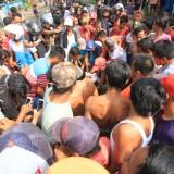 Warga berkerumun menolong dan memasukkan pisahan jasad korban ke karung plastik  (Agus Salam/Jatim TIMES)