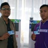 Dua warga pemohon melalui E-SIAP menunjukkan KTP-el yang telah selesai dicetak.(Foto : Team BlitarTIMES)