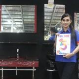 Karyawan Graha Bangunan menunjukkan produk Wastafel Kaca yang sedang promo.(Foto : Aunur Rofiq/BlitarTIMES)