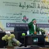 Cicit Syekh Abdul Qodir Al Jailani (tengah) memberikan tausiyah International Conference Maulid on Campus dengan tema Sufism for Peace. (Nana)