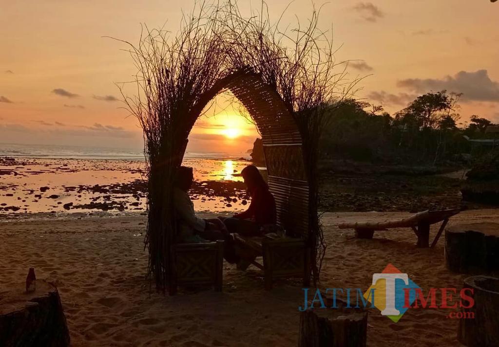 Pantai Balekambang di sore hari. Pengunjung berfoto di area spot dengan latar keindahan pantai dan senja. (Jasa Yasa for MalangTIMES)