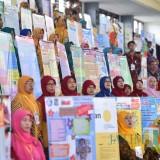 Para guru di Surabaya saat memamerkan karyanya
