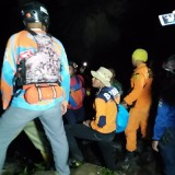 Tim SAR Gabungan bersama BPBD Kota Batu melakukan proses evakuasi korban tenggelam di Air Terjun Coban Talun.  (Foto: BPBD Kota Batu for MalangTIMES)