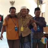 Terdakwa tengah dituntun oleh anaknya saat keluar dari ruang sidang Pengadilan Negeri Situbondo. (Foto Heru Hartanto/Situbondo TIMES)