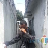 Ayah Nasywa yang baru saja datang terlihat menunduk menahan tangis  (Anggara Sudiongko/MalangTIMES)