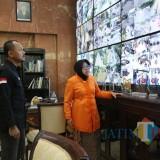 Wali Kota Bogor Bima Arya saat melihat ruang kerja Wali Kota Surabaya
