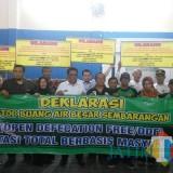 Wakil Walikota Malang dan warga Samaan melakukan deklarasi stop BAB dan buang sampah disungai (Anggara Sudiongko/MalangTIMES)