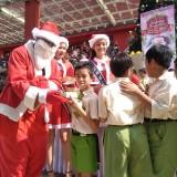 Sambut Natal, Siswa TK dan SD Sarapan Bareng Santa di Depan Matos