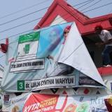 Salah satu APK yang terpasang di pos kamling di Jl Kapten Tendean, Desa Sengon, Kecamatan/Kabupaten Jombang, terlihat ditertibkan oleh Bawaslu. (Foto : Adi Rosul / JombangTIMES)