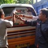 Petugas mencopot banner caleg di MPU