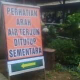 Salah satu papan peringatan yang dipasang Perhutani agar pengunjung wana wisata Coban Talun, Kota Batu tidak mendekati area air  terjun. (Foto: Nurlayla Ratri/MalangTIMES)
