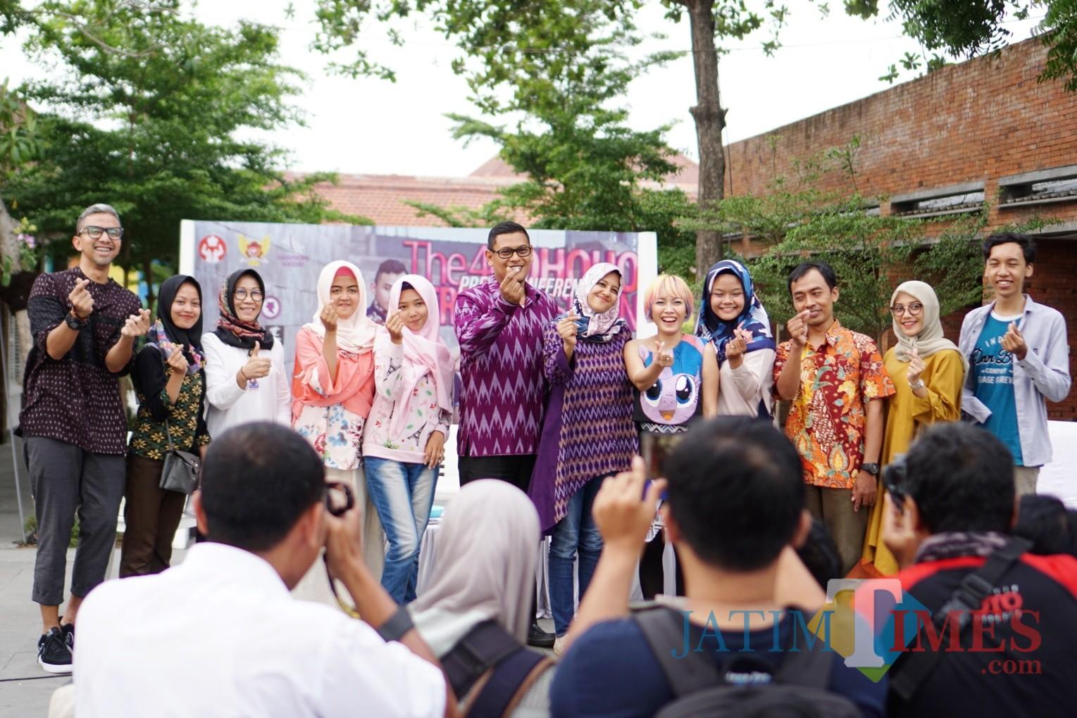 Wali Kota Kediri Abdullah Abu Bakar dan Ketua Dekranasda Kota Kediri Ferry Silviana Abu Bakar  berfoto bersama para desainer seusai menggelar jumpa pers. (Foto: B. Setioko/JatimTIMES)