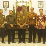 Tim Verifikasi Metrologi bersama Bupati Blitar Rijanto, Kepala Disperindag Puguh Imam S, dan Sekretaris Disperindag Sri Astuti.(Foto : Aunur Rofiq/BlitarTIMES)