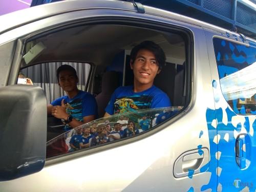 Hanif Sjahbandi (depan) bersama Bagas Adi Nugroho saat pengenalan mobil Pop Up Store Arema FC (Hendra Saputra/MalangTIMES)