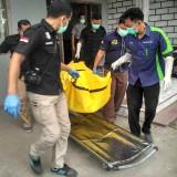 Jasad Totok dievakuasi petugas untuk dibawa ke RSUD dr Iskak Tulungagung / Foto : Anang Basso / TulungagungTIMES
