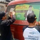 Petugas dan sopir mencopot APK dari MPU di Tulungagung / Foto : Anang Basso / TulungagungTIMES