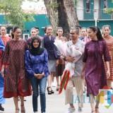 Ketua Dekranasda Kota Kediri Ferry Silviana Abu Bakar, ketika berfoto bersama designer nasional Didiet Maulana dan para model. (Foto: B. Setioko/JatimTIMES)