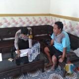 Suantono pelaku peredaran minuman keras beserta barang bukti ketika diamankan petugas, Kecamatan Turen (Foto : Polsek Turen for MalangTIMES)