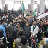 Massa aksi demonstrasi dari HMI Malang yang memaksa masuk dan menduduki gedung DPRD Kota Malang. (Foto: Nurlayla Ratri/MalangTIMES)