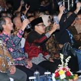 Wali Kota Malang Sutiaji (berpeci hitam) mengangkat air siap minum produksi PDAM Kota Malang dalam agenda Digital Transformation Summit 2018 dan launching TCC. (Foto: Dokumen MalangTIMES)