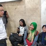 Direktur Utama PT Kereta Api Indonesia (KAI) Edi Sukmoro saat berbincang dengan penumpang di Stasiun Kotabaru Malang. (Foto: Nurlayla Ratri/MalangTIMES)