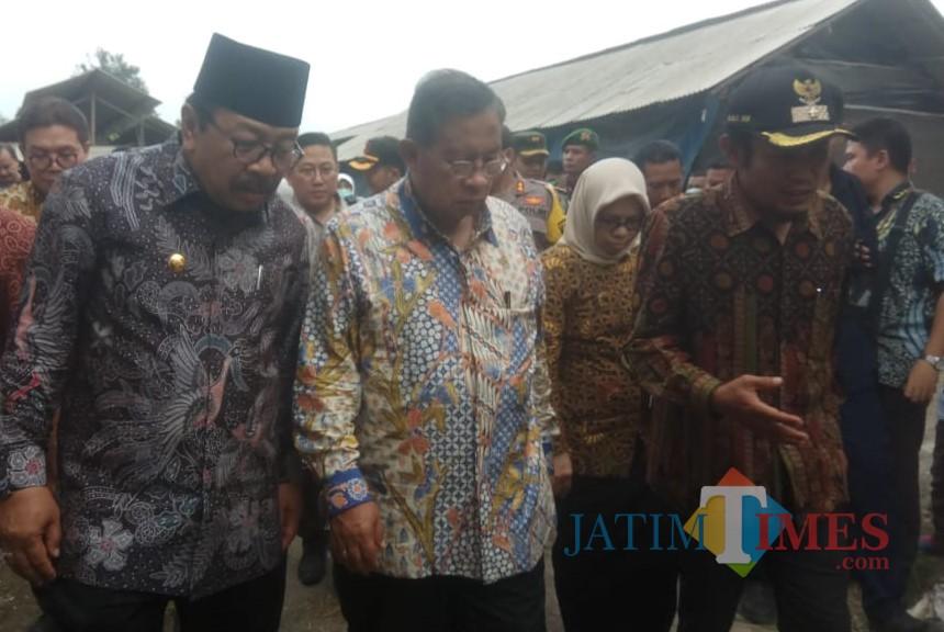 Menteri Darmin (tengah) bersama Gubernur Jatim Soekarwo.(Foto : Team BlitarTIMES)