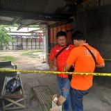 Petugas melakukan olah TKP di Pasar Burung Desa Bendilwungu, Kecamatan Sumbergempol.  Foto : Anang Basso / Tulungagung TIMES