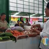 Wakil Wali Kota Malang Sofyan Edi Jarwoko meninjau lapak-lapak pedagang Pasar Klojen yang diresmikan sebagai pasar halal. (Foto: Nurlayla Ratri/MalangTIMES)