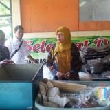 Studi banding perangkat Desa Purwosono di Bank Sampah Induk Kalpataru. (Foto: Pawitra/JatimTIMES)