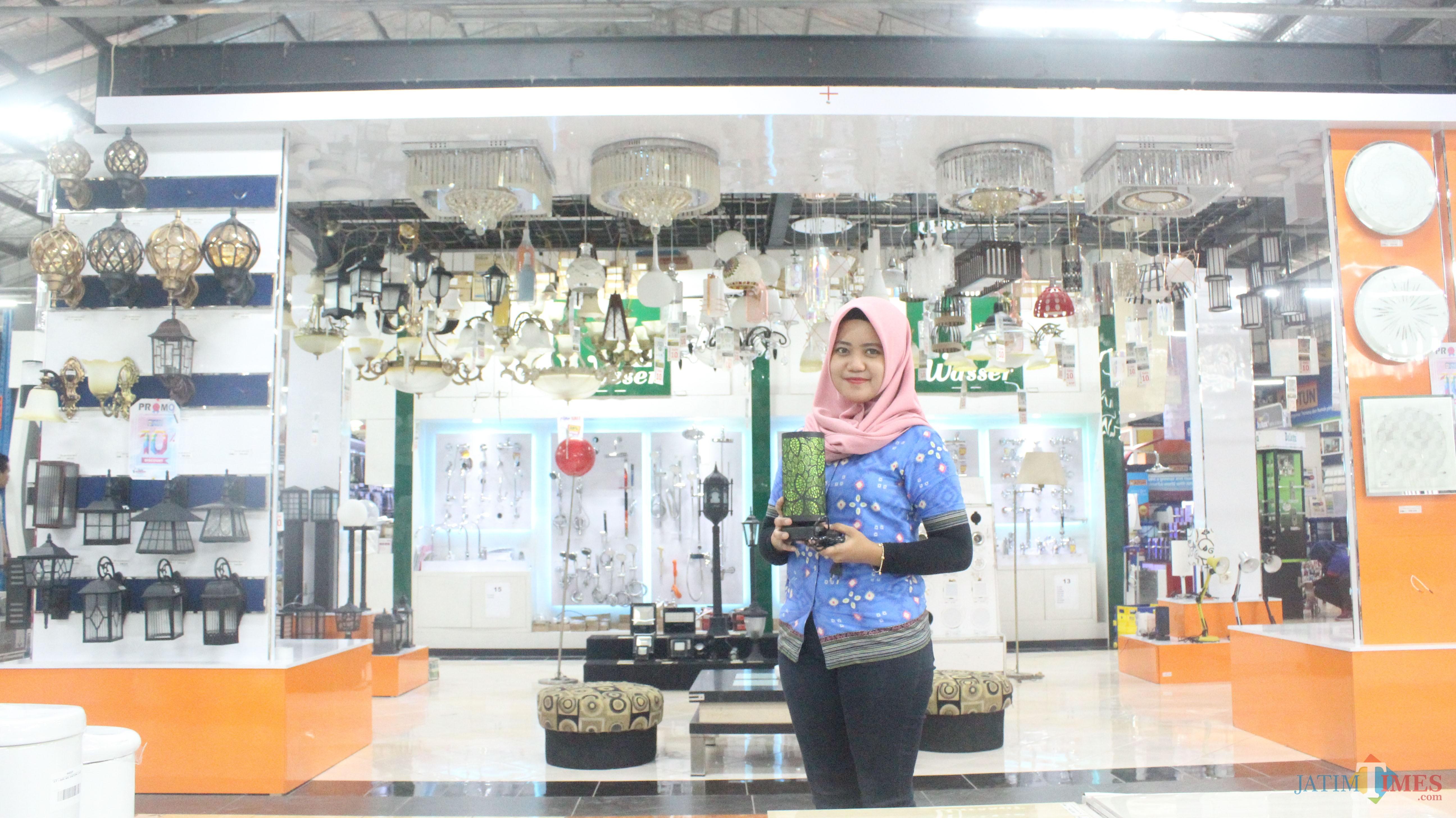 Karyawan menunjukkan produk lampu Lumina yang sedang promo di Graha Bangunan.(Foto : Aunur Rofiq/BlitarTIMES)